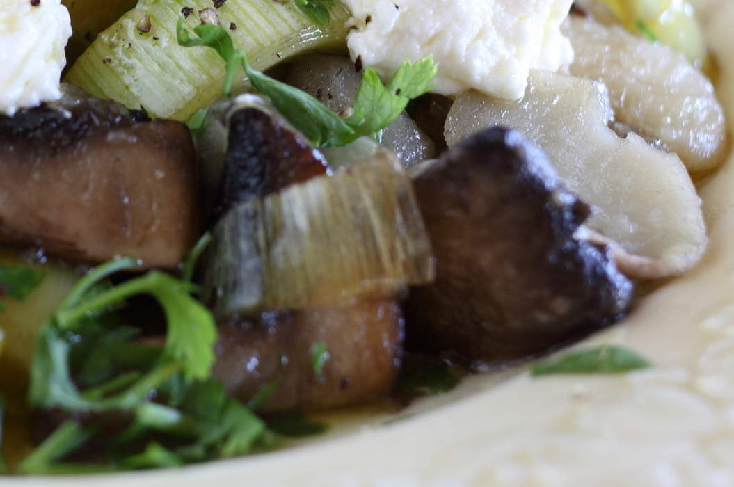 Warm_salad_of_white_bean_mushroom_leek_and_ricotta_misc_massive